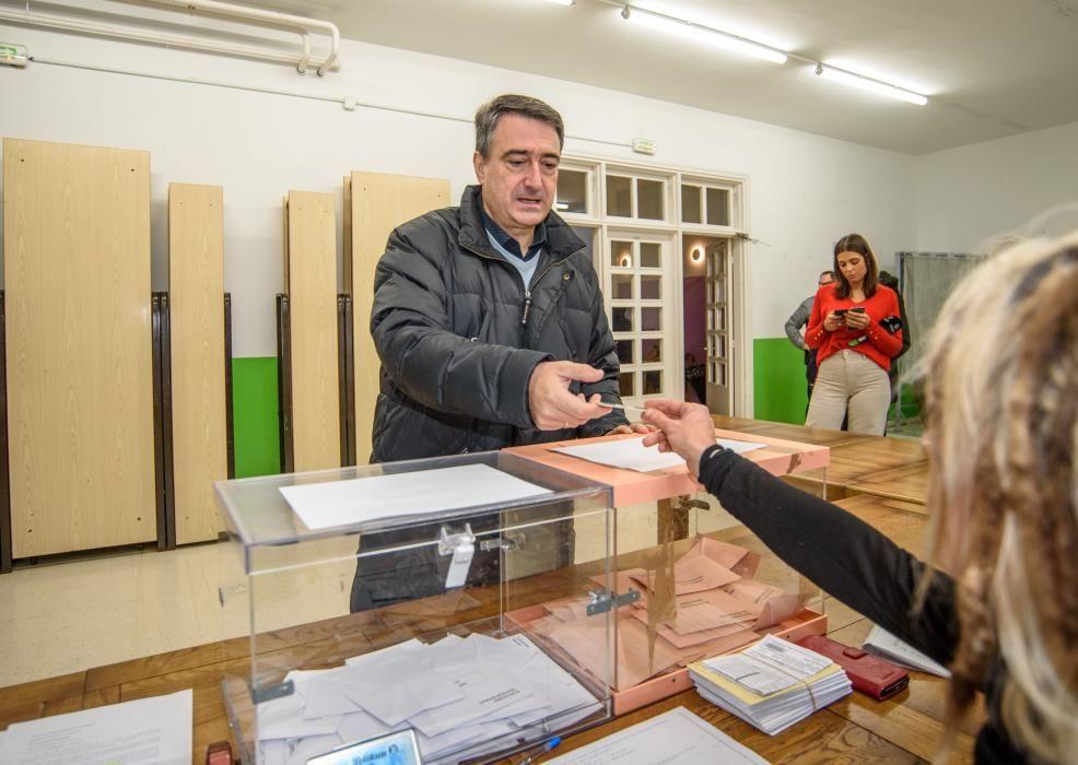 El portavoz del PNV vota en Zeberio