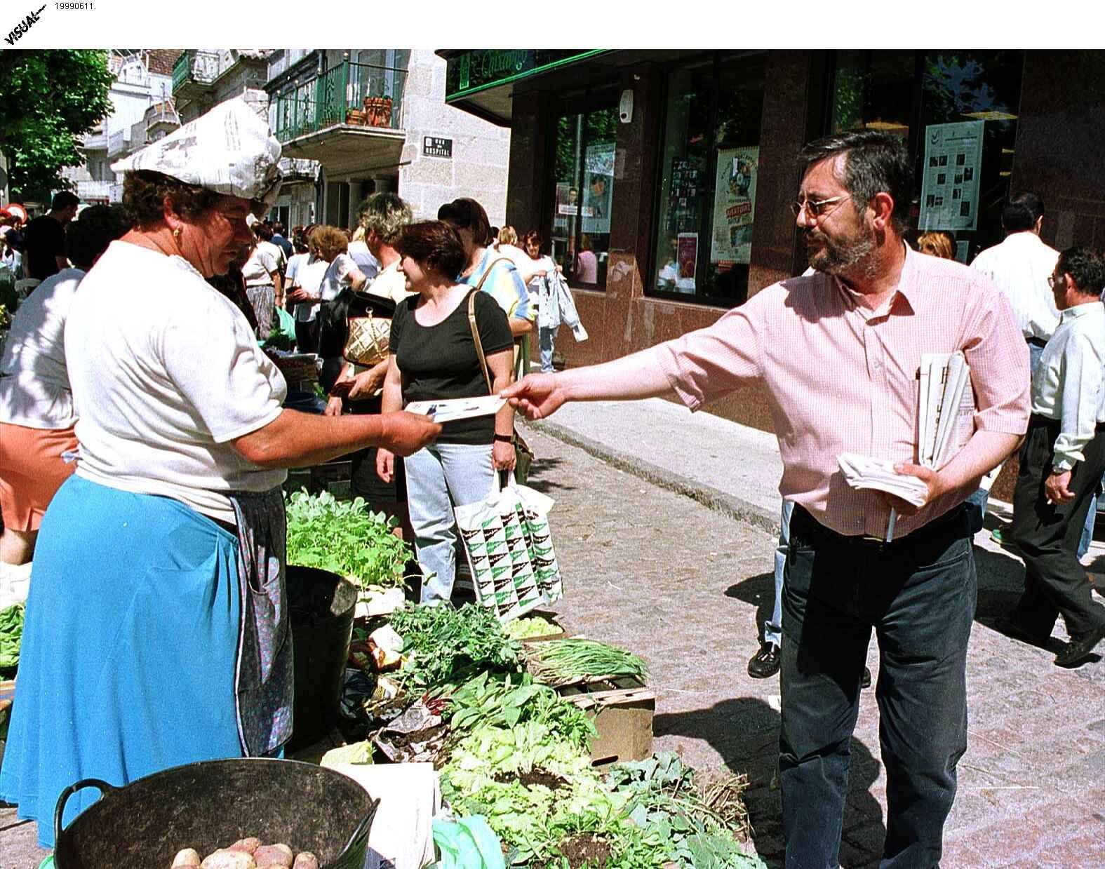 Repartiendo propaganda electoral en O Morrazo durante el año 1999