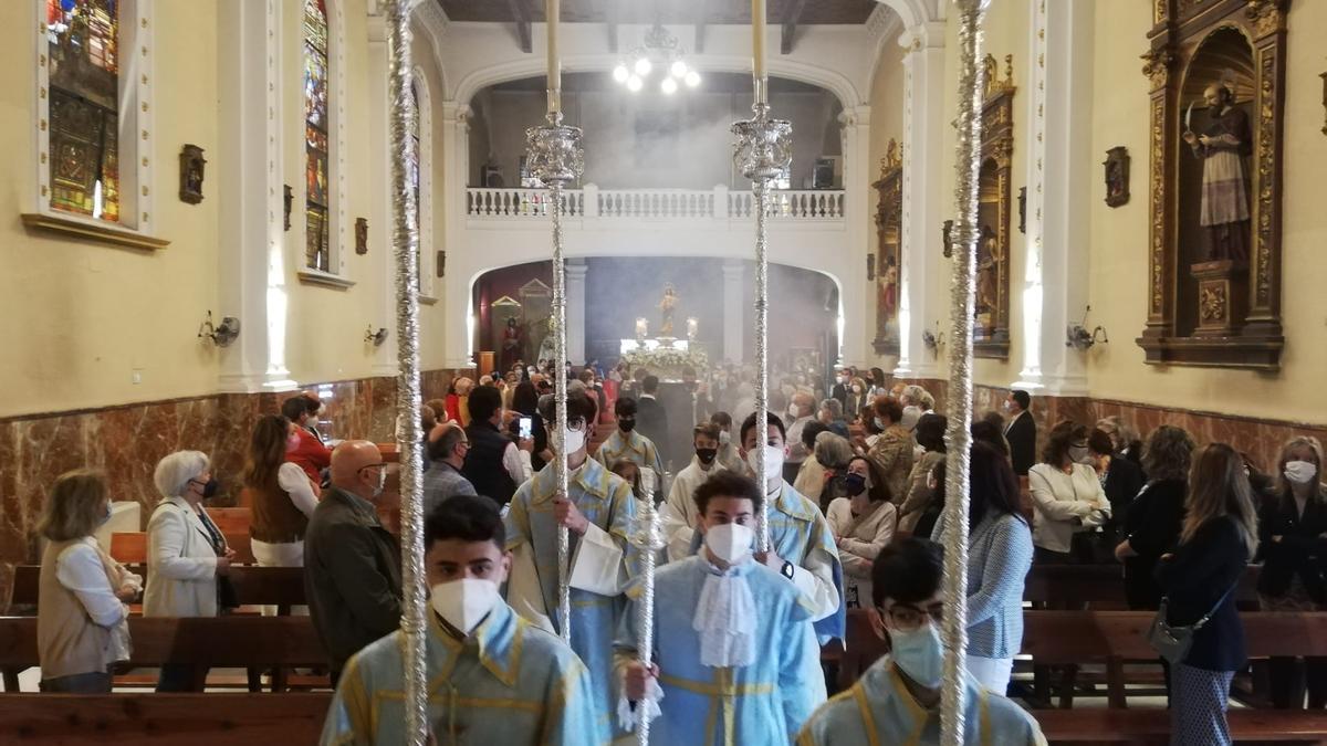 Un gran número de devotos de María Auxiliadora han acudido a la cita.