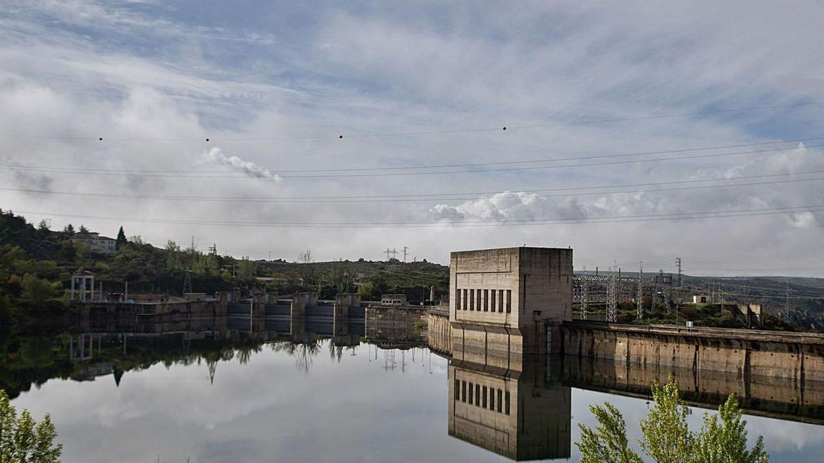 Tendidos eléctricos y central hidroeléctrica de Ricobayo de Alba. | Jose Luis Fernández