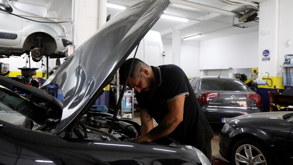 Acudir a un taller para revisar el coche es fundamental para viajar con seguridad.