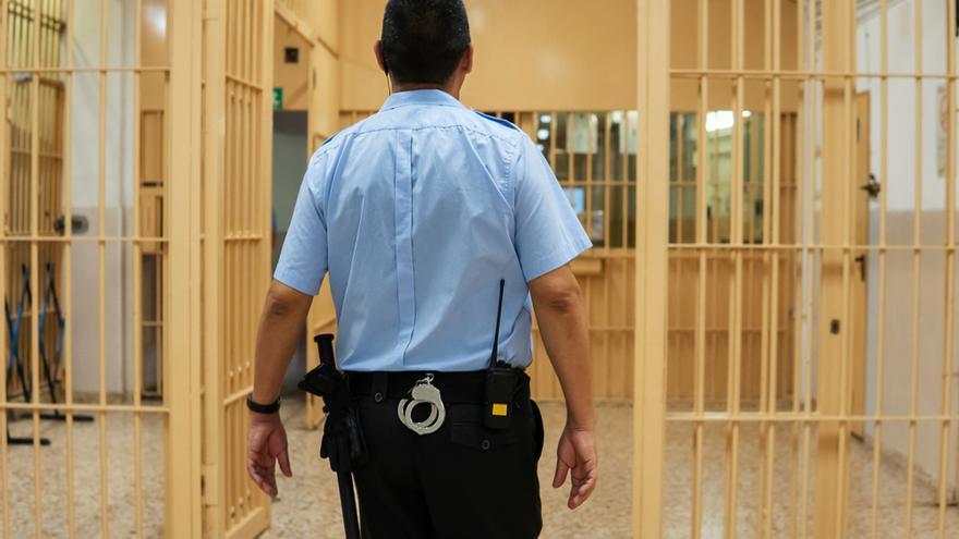 Suspenden a 52 policías por maltratar a los reclusos en cárceles italianas