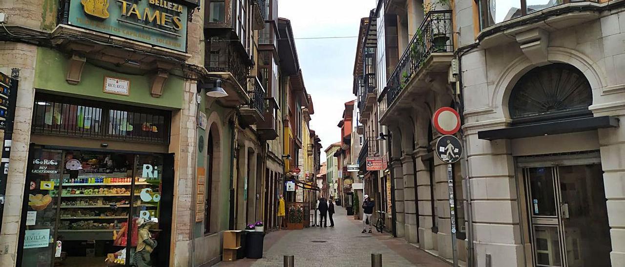 La calle Mayor de Llanes, normalmente atestada de gente, sin apenas transeúntes. | |  ÁNGELA FERNÁNDEZ