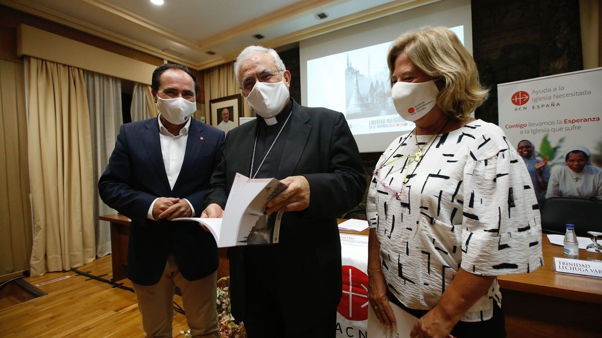 El responsable de promoción de Ayuda a la Iglesia Necesitada en España, José Fernández Crespo; la editora jefe del informe, Marcela Szymanski, y el obispo de Córdoba, Demetrio Fernández.