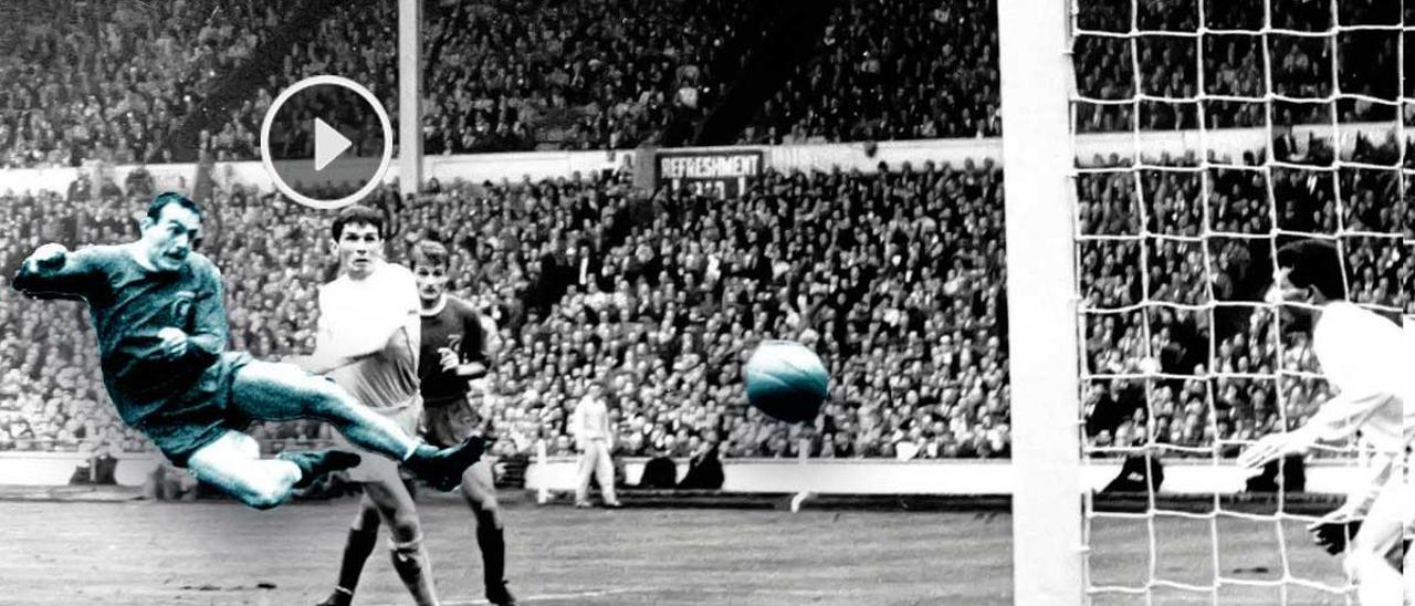 Ian St John marca el gol que le dio la Copa al Liverpoo en 1965.