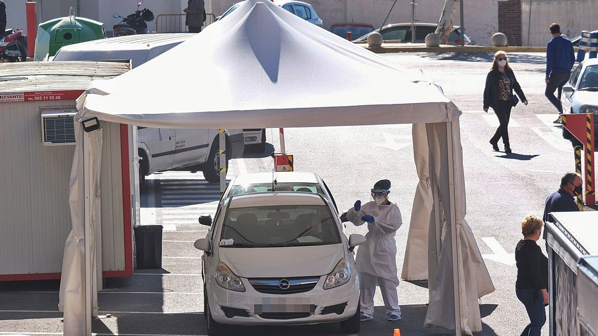 Tent installed outside the Elda Hospital to carry out PCR tests without patients getting out of their car.