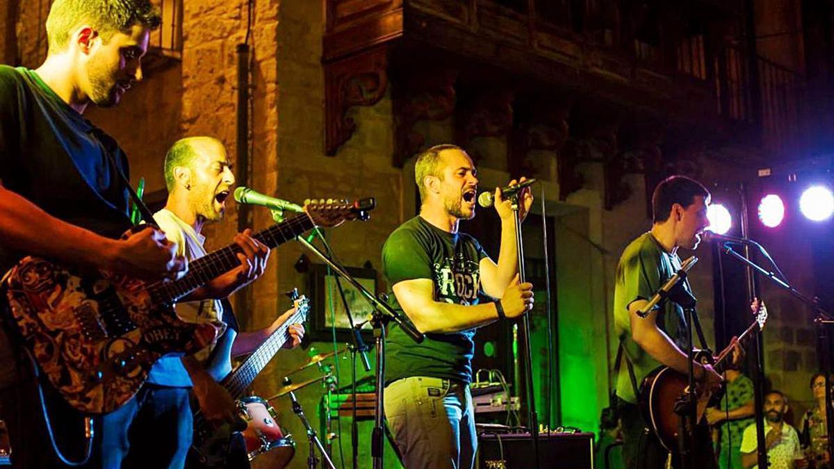 Las bandas que actuarán esta noche, Cruce de Caminos (arriba) y Españoleando (izquierda), en conciertos anteriores. | Cedidas