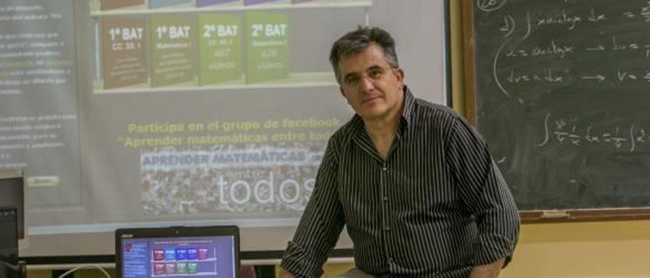 El profesor del Instituto La Asunción muestra un ordenador y una pizarra electrónica con el trabajo que puede hallarse en la red.