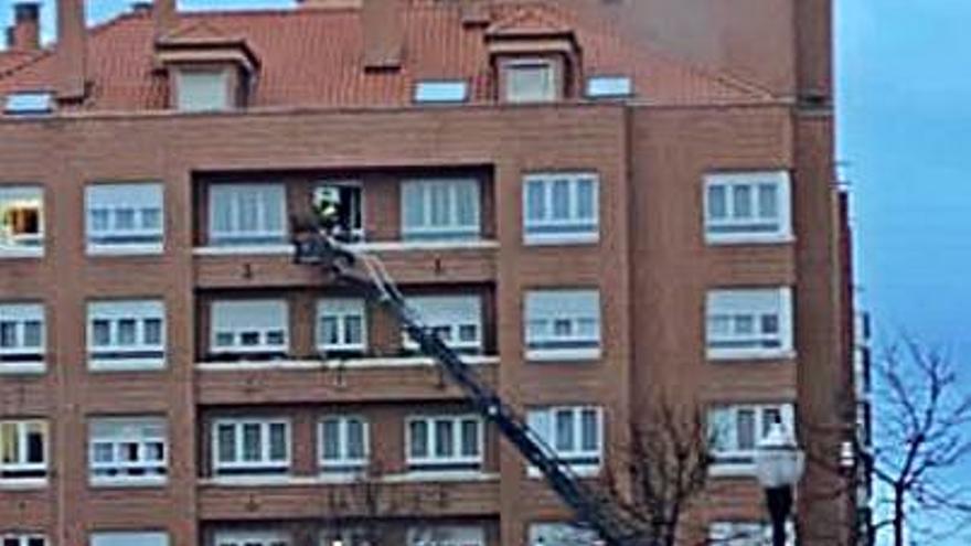 Socorren a una mujer de 64 años que estaba tirada en su casa, en Gijón
