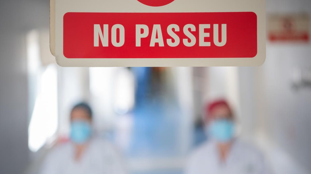 Metges de l'Hospital Clínic treballen durant la pandèmia