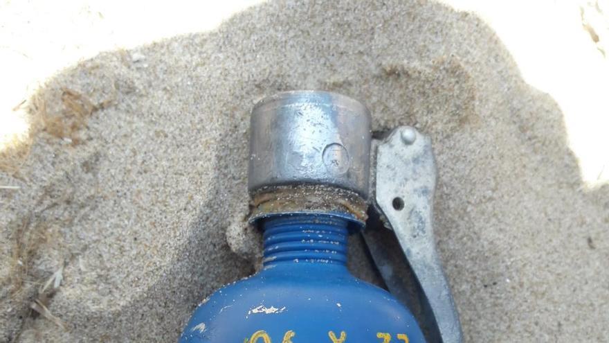 Los bañistas encuentran una granada de mano en la playa de les Deveses de Dénia
