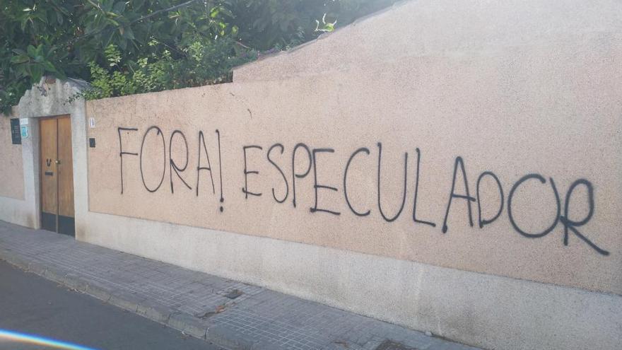 Cuatro pintadas contra el alquiler vacacional en Son Espanyolet en una semana