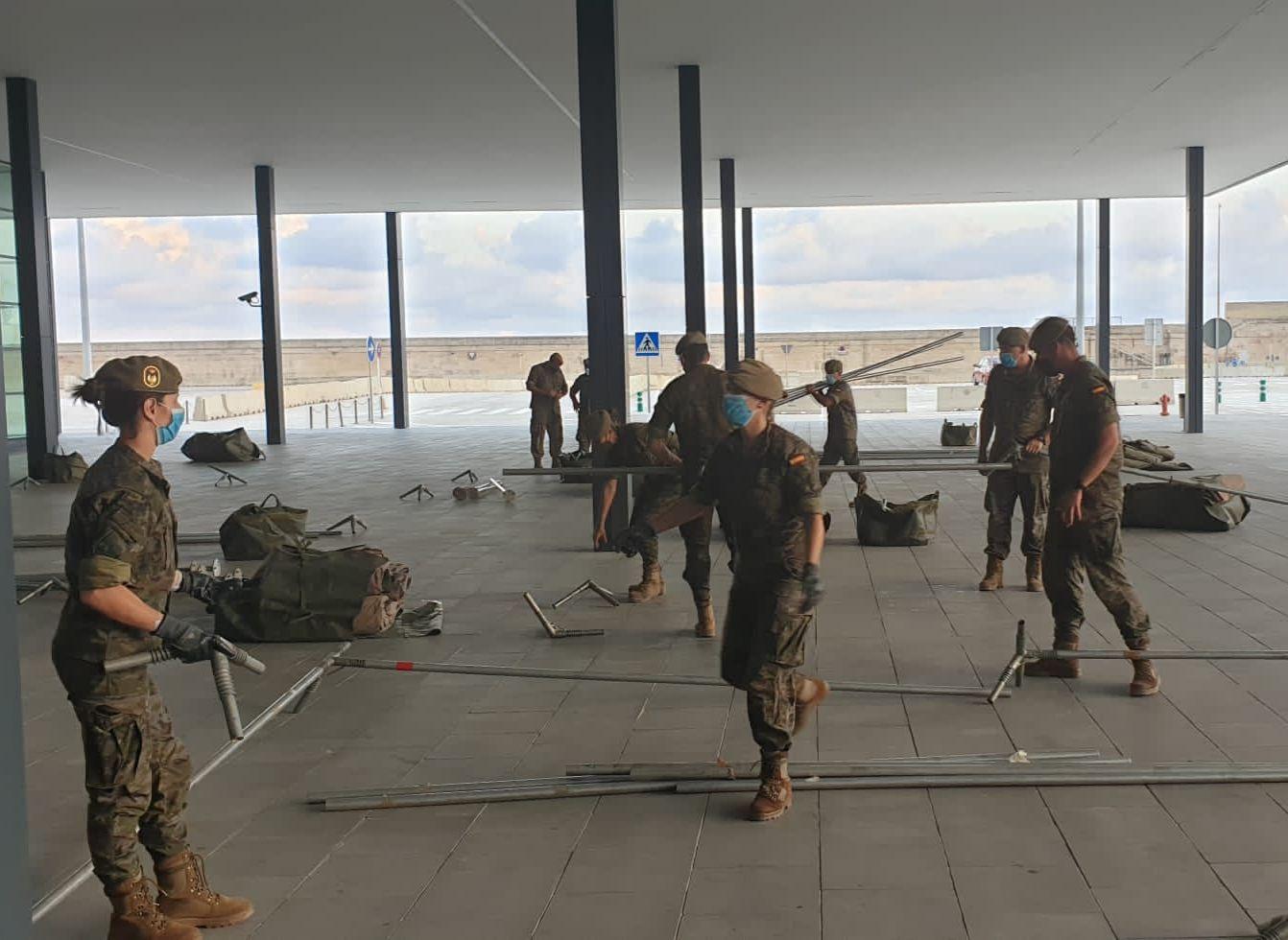 El Ejército monta dos carpas para alojar a los migrantes