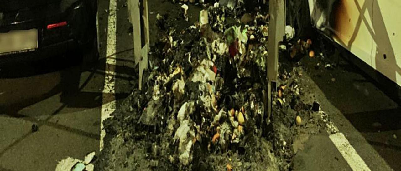 Restos de uno de los contenedores quemados. | INFORMACIÓN