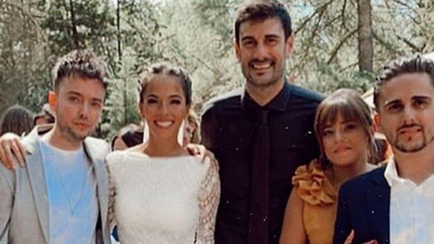 El sorprendente traje de novio de Melendi en su boda con Julia Nakamatsu
