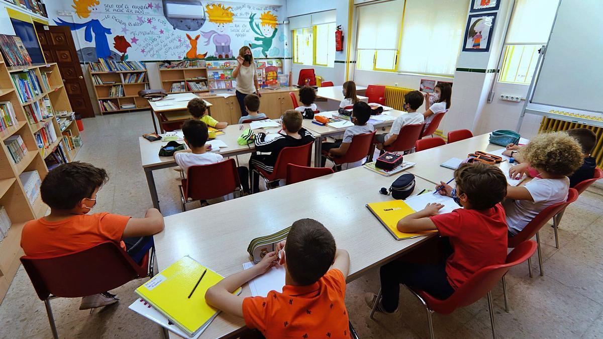 Alumnos de un colegio de Murcia en el día que regresaron al modelo presencial en las aulas.  | JUAN CARLOS CAVAL