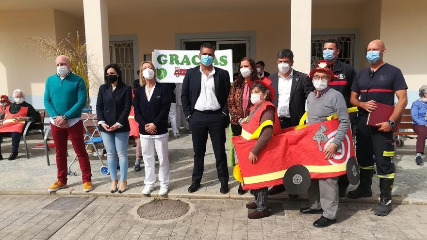 La residencia DomusVi de Puente Genil reconoce al Consorcio de Bomberos su labor durante la pandemia