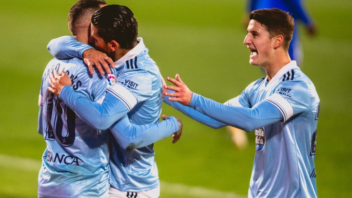 Nolito abraza a Iago Aspas después de marcar el penalti ante el Getafe