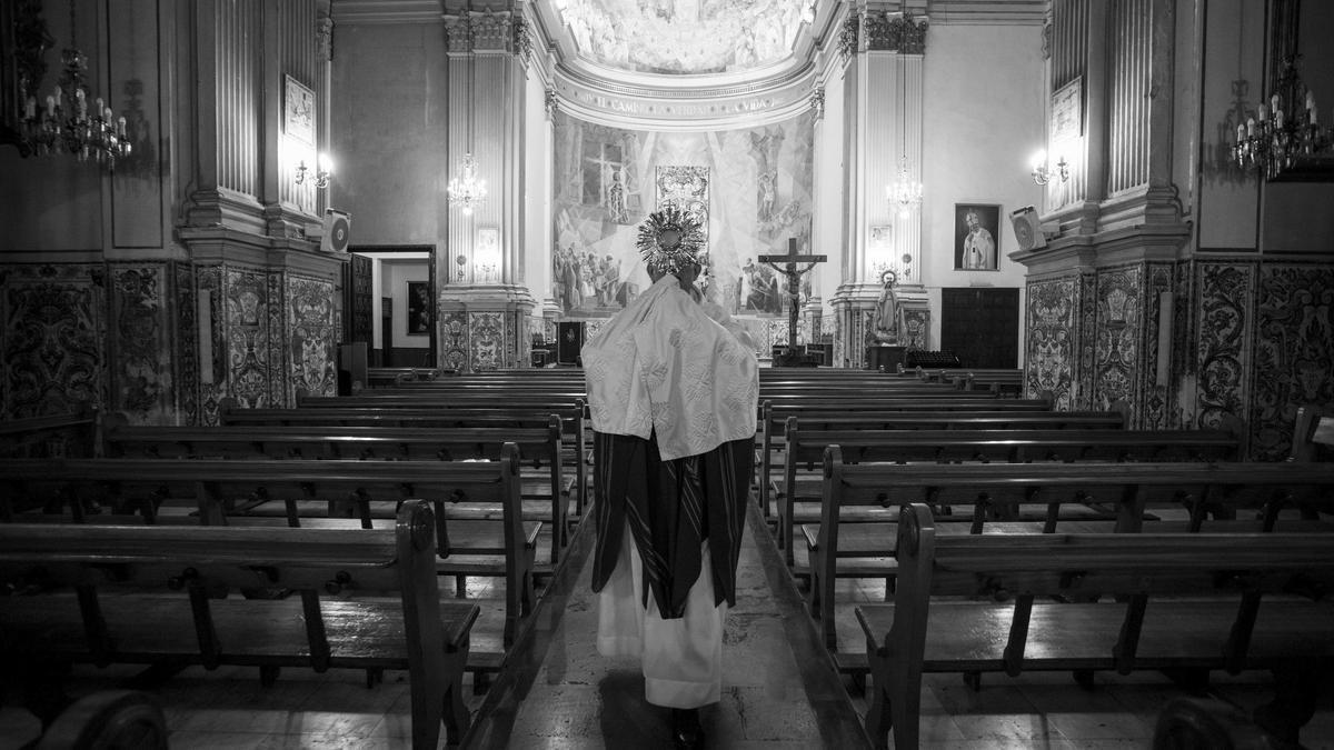 Las parroquias sin feligreses. Juan Andres Talens. Párroco de la iglesia de San Sebastian. Utiliza Youtube para llegar a sus fieles, que ya no pueden asistir a la misa