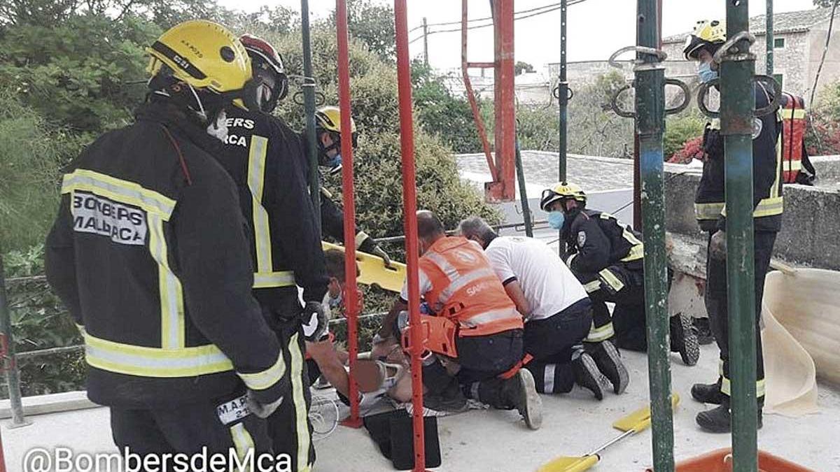 Las asistencias sanitarias atienden a la víctima tras ser rescatado por los bomberos.