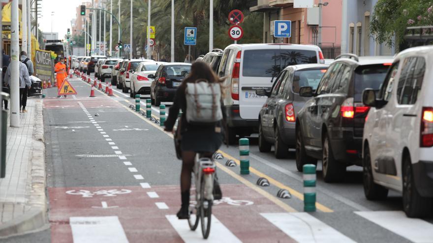 Segundo día de carril bici en Juan Carlos I: Pitidos y autobuses con problemas para girar