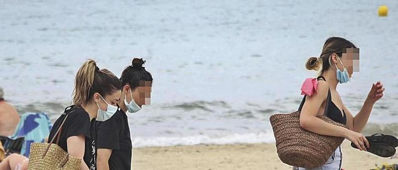 El Gobierno fija el 26 de junio para no usar mascarilla en la calle. | PILAR CORTÉS