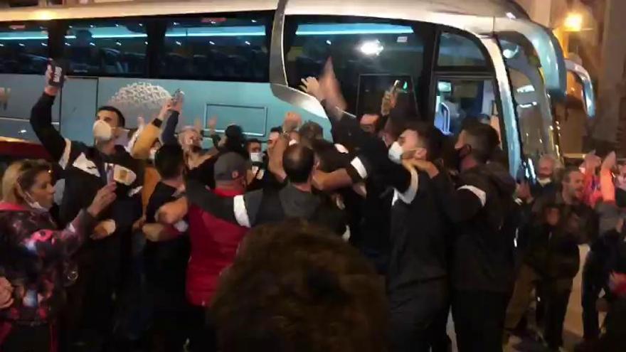 Los jugadores del CD Buñol, recibidos como héroes