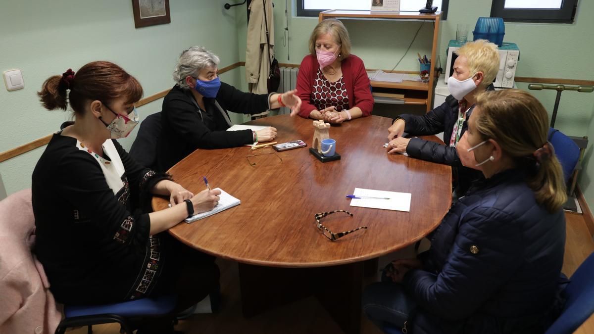 Por la izquierda, Dolores Patón y Ana González, con Tita Caravera y miembros de la Asociación de Vecinos de La Arena, ayer.