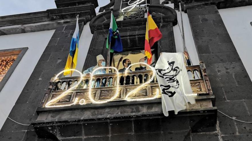El izado de la bandera de la Virgen de los Reyes da comienza  al año de la Bajada