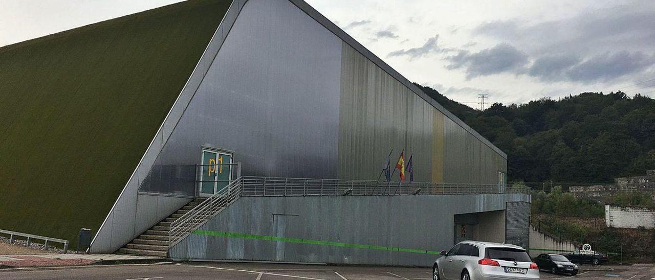 El lateral del centro deportivo Beiro de Langreo, ya reparado.