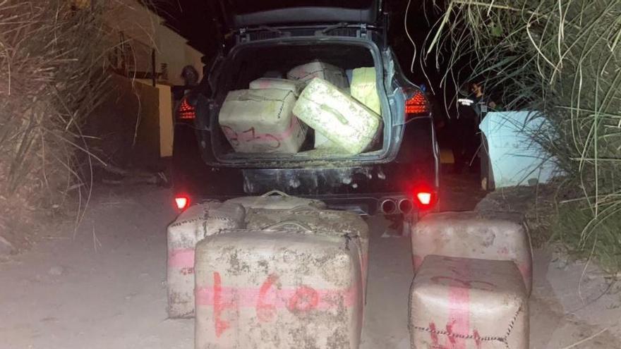 Heridos dos guardias civiles al ser embestidos por un coche que llevaba droga en Málaga