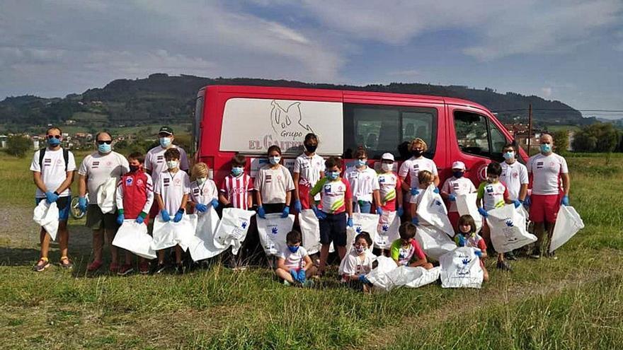 Palistas de Villaviciosa adecentan el parque del Riañu y El Cierrón