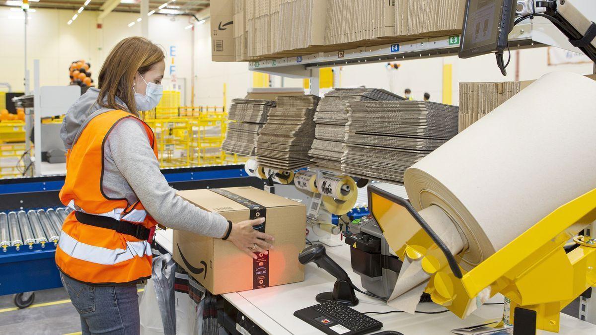 Foto de archivo de trabajadores preparando paquetes para su entrega.