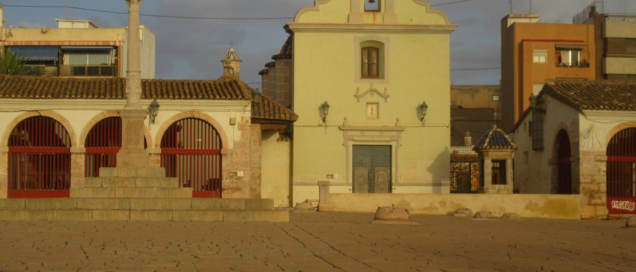 Patio de Sant Roc cubierto de polvo rojizo