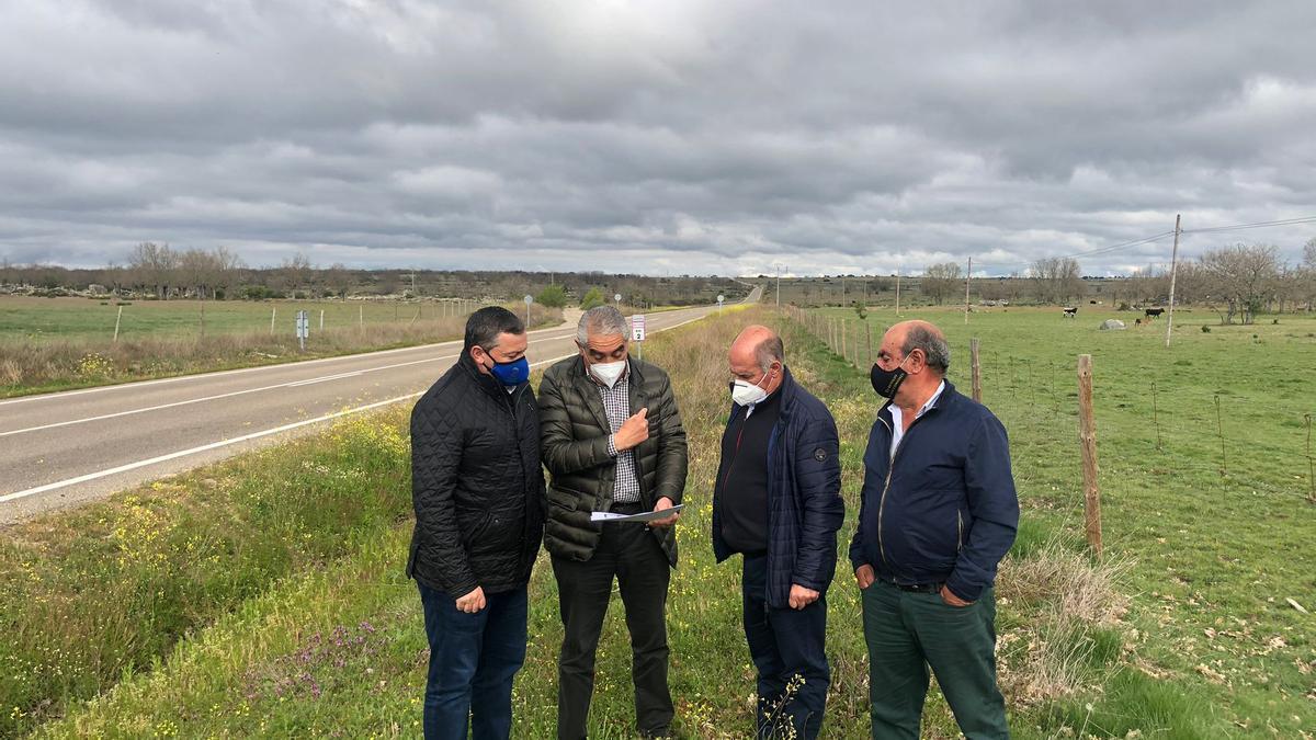 Visita de parte de la corporación de la Diputación Provincial a la zona beneficiada por el proyecto.