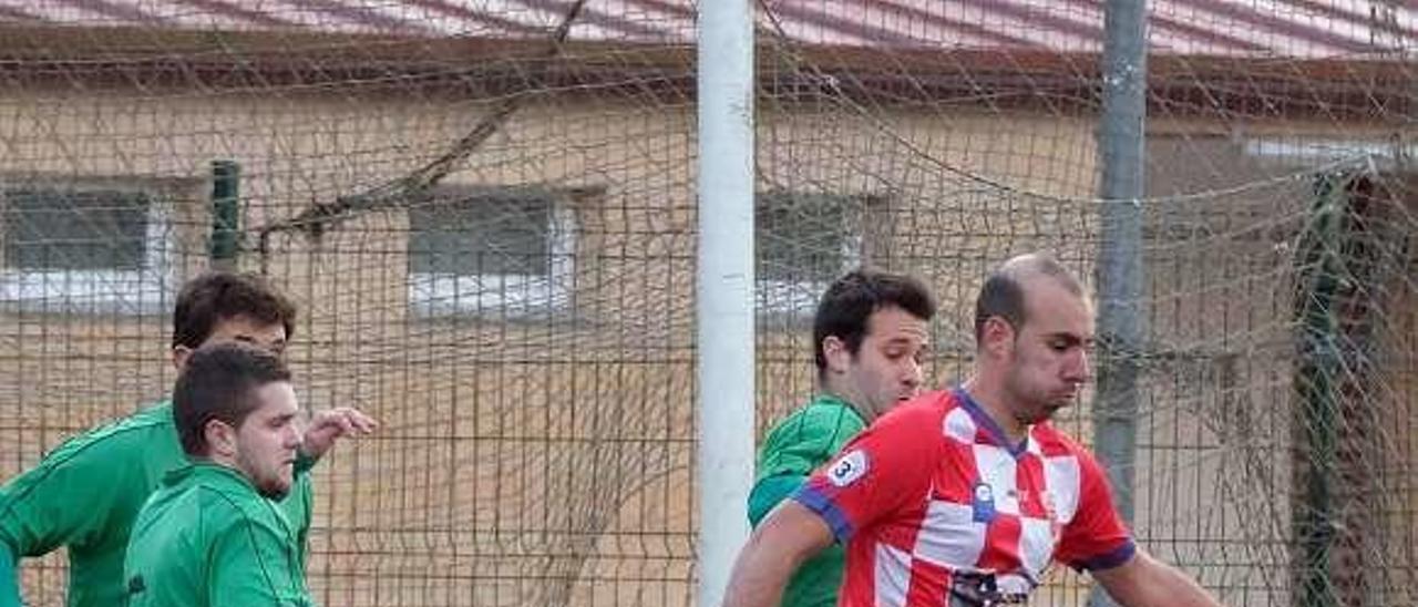 Borja protege el balón ante tres jugadores del Universidad.