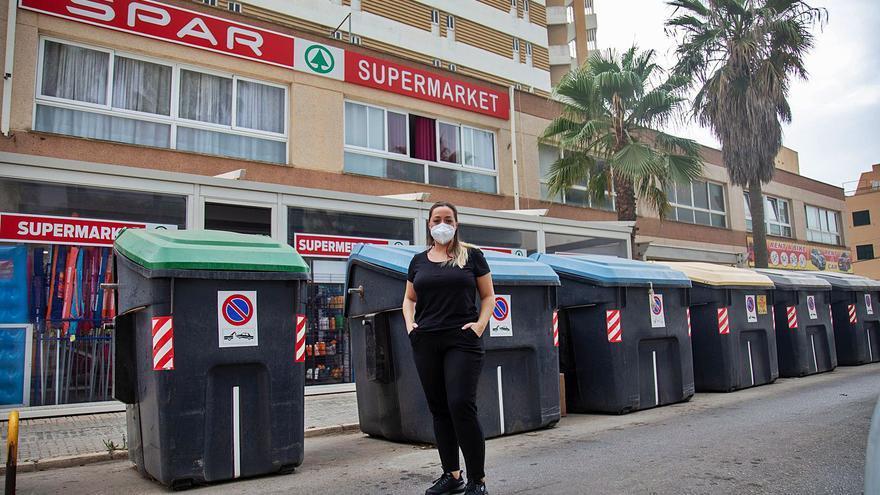Contenedores delante de un supermercado en Platja de Palma: «Esta situación es insoportable»