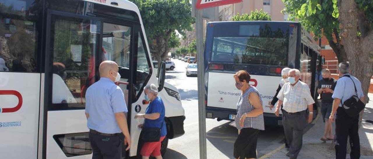 Un grupo de usuarios accede a una de las líneas de bus. | AJ. ONTINYENT