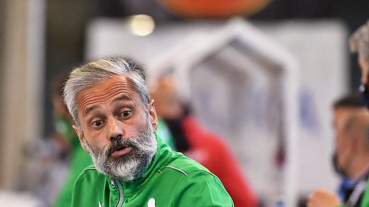 Juan Copa da indicaciones a uno de los jugadores del banquillo del Liceo.    // CARLOS PARDELLAS