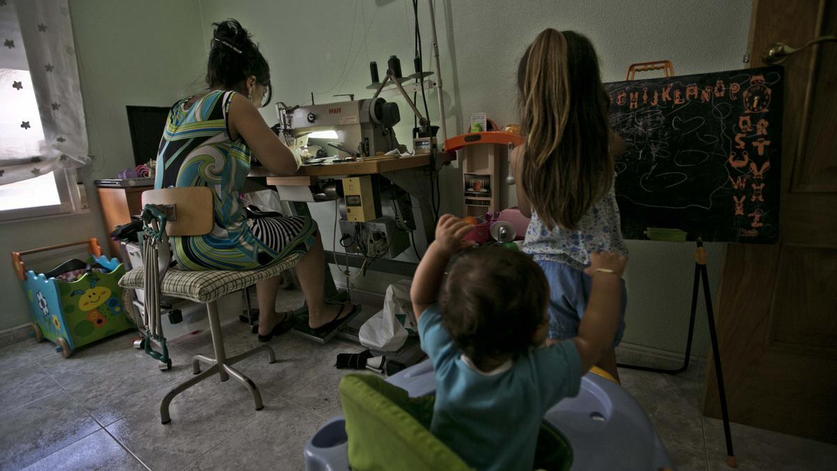 Una aparadora trabajando en un taller montado en su casa.