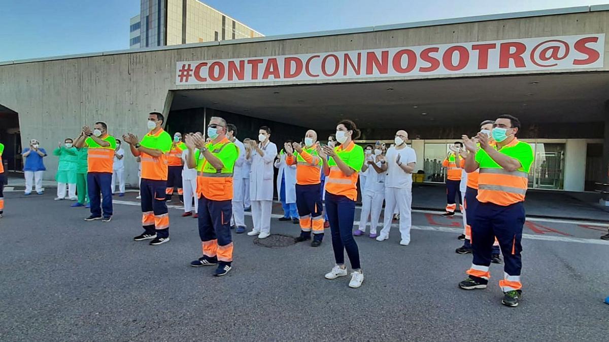 Personal sanitario aplaudiendo en la puerta del HUCA el pasado mes de mayo.