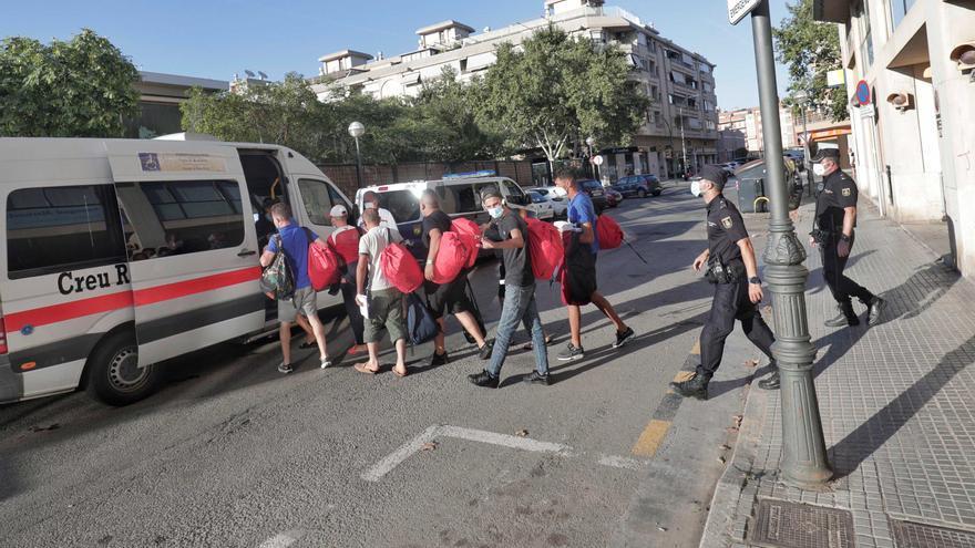 Una ONG custodia al centenar de migrantes llegados en patera a Mallorca el jueves