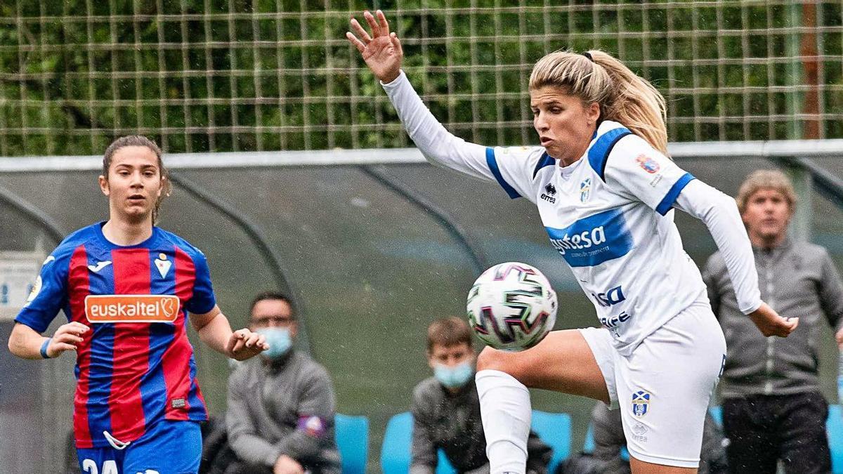 Natalia Ramos, autora del 1-1 –de penalti–, controla el balón ante la jugadora local Ane Campos.     LALIGA