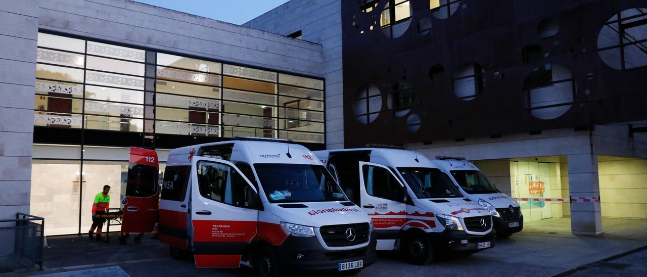 Ambulancias ante el centro para personas con discapacidad neurológica (Credine) de Langreo
