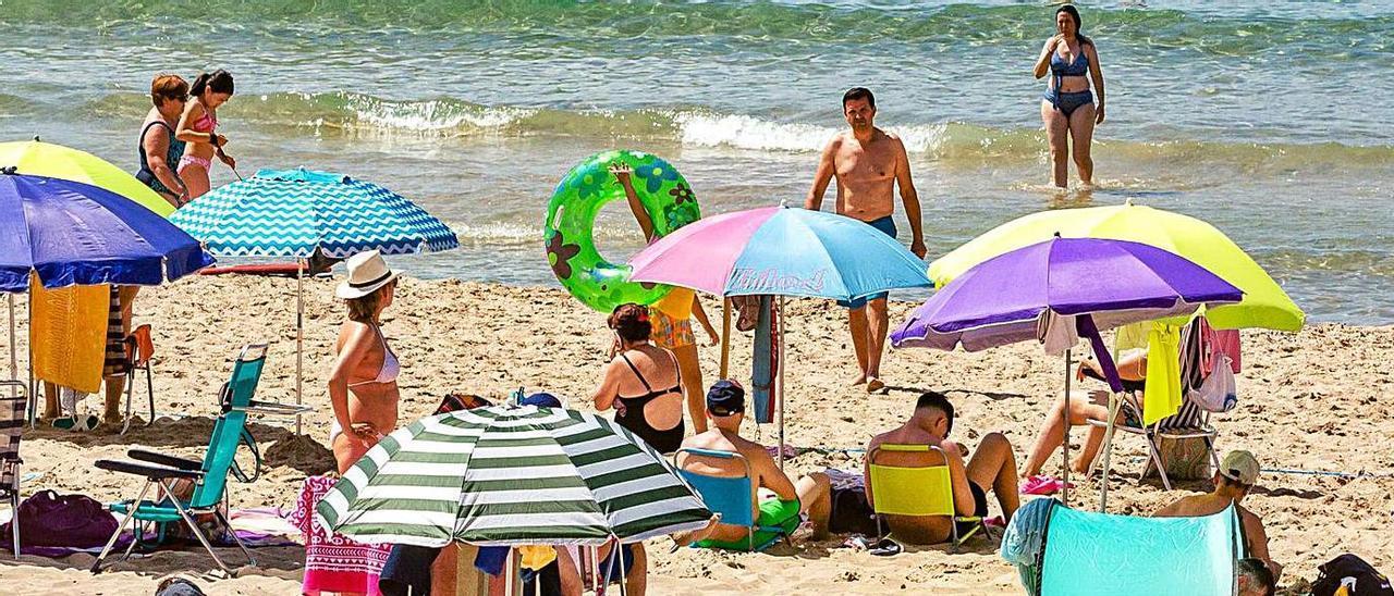 Benidorm -en la imagen la playa de Poniente-, espera como agua de mayo a los ingleses. |