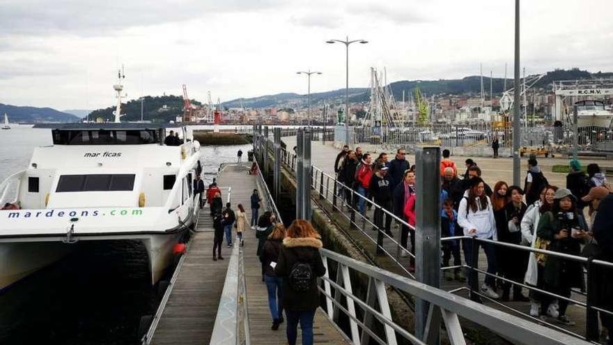 Navieras y hosteleros critican que haya más restricciones para ir a Cíes y Ons que al Teide