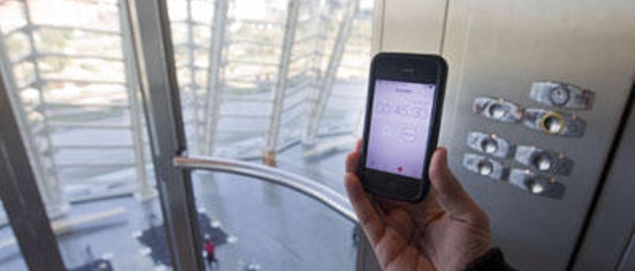 El riesgo de coger el móvil en el ascensor