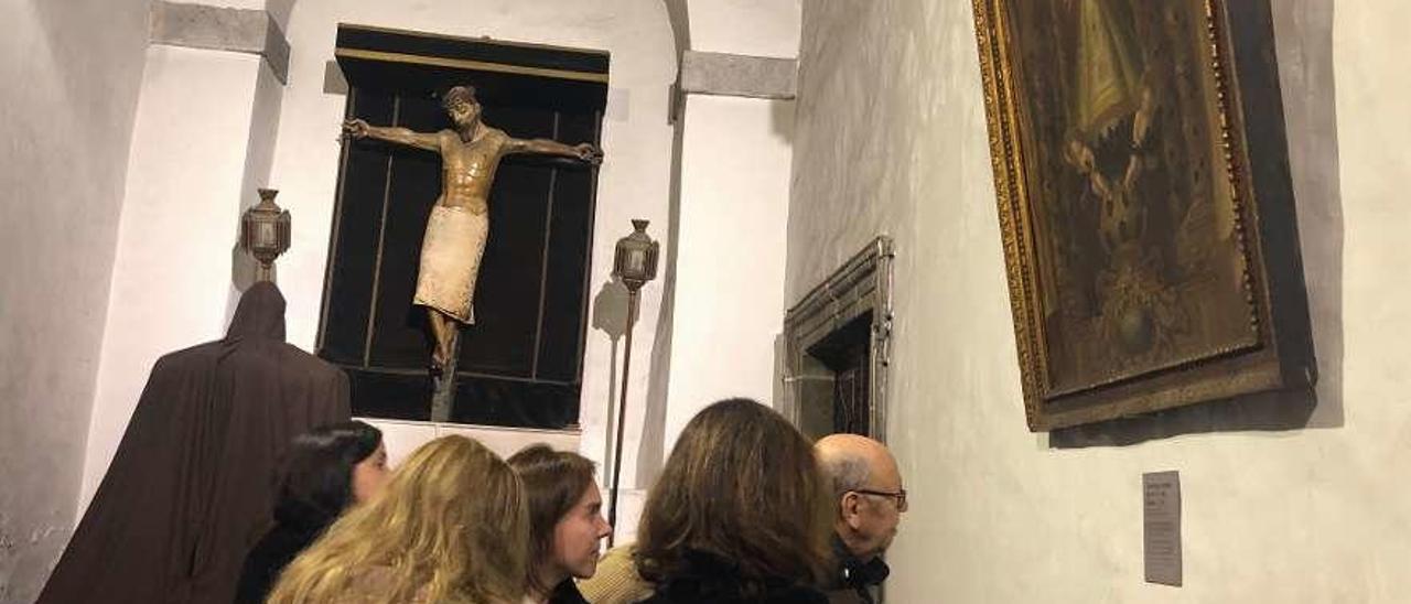 Un grupo de visitantes admira el cuadro de la Virgen del Acebo en la basílica.