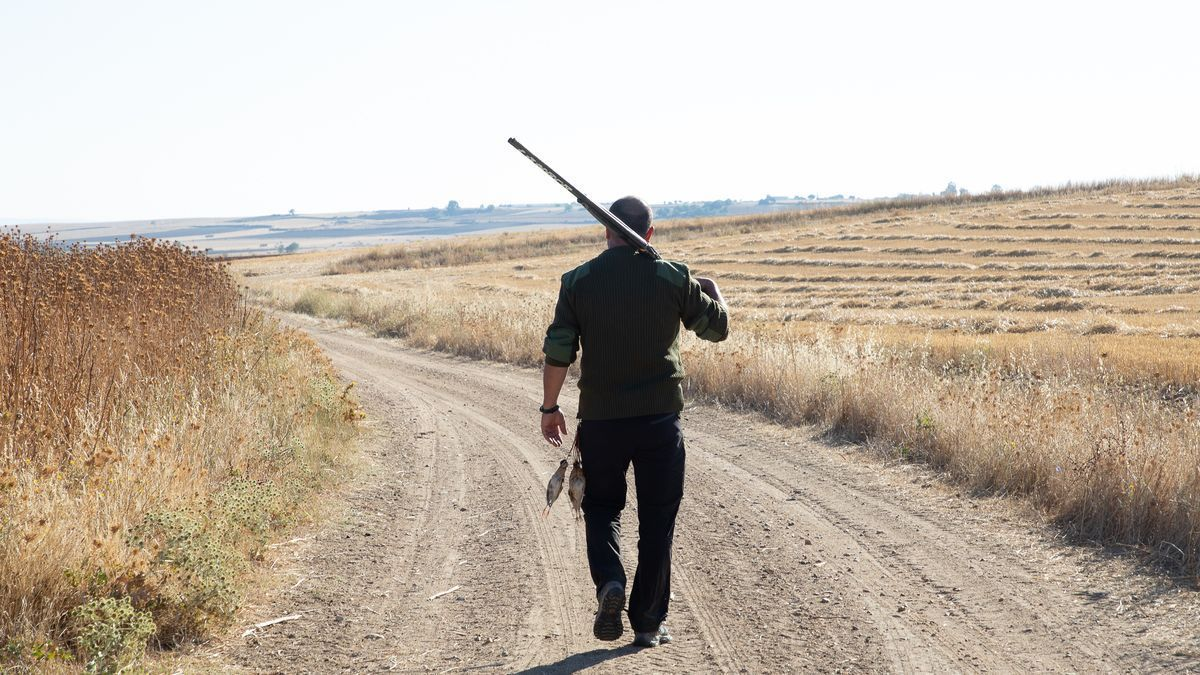 Un cazador con la escopeta al hombro