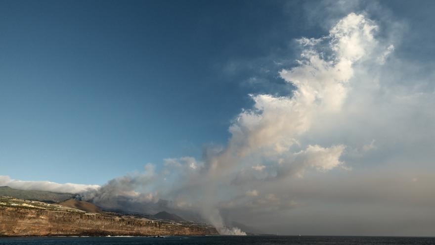 La lava del volcán Tajogaite, en La Palma, ya gana al mar una extensión como la de diez campos de fútbol